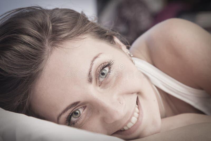 Bom dia! Mulher feliz de sorriso reto-de cabelo lindo nova fotografia de stock royalty free