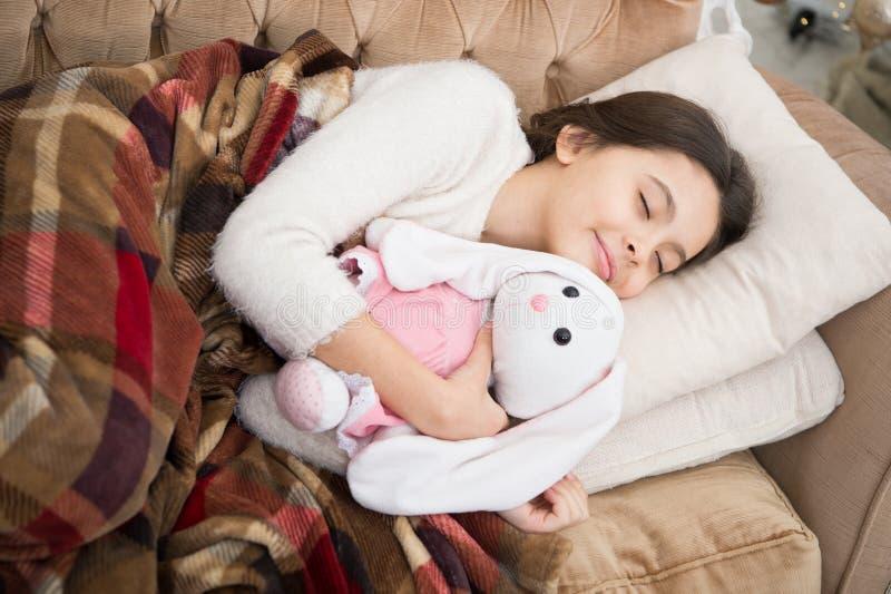 Bom dia Puericultura Família e amor O dia das crianças sono feliz da menina na cama criança pequena da menina Sonhos doces imagem de stock