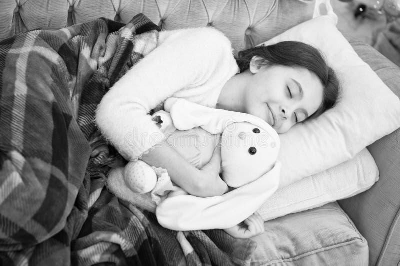 Bom dia Puericultura Fam?lia e amor O dia das crian?as sono feliz da menina na cama crian?a pequena da menina Sonhos doces foto de stock