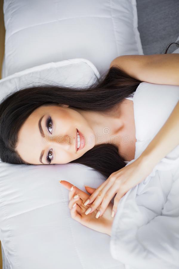 Bom dia Retrato de um sorriso mulher moreno consideravelmente nova foto de stock royalty free