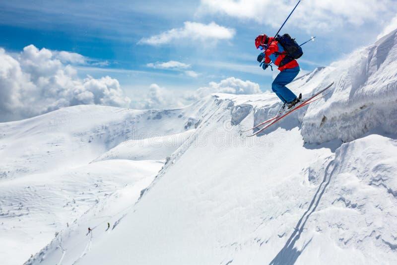 Bom esqui nas montanhas nevado fotografia de stock