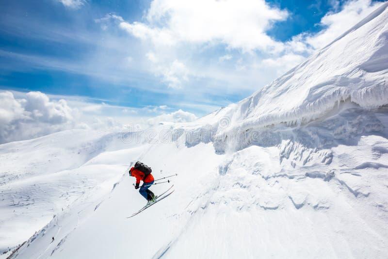 Bom esqui nas montanhas nevado foto de stock royalty free