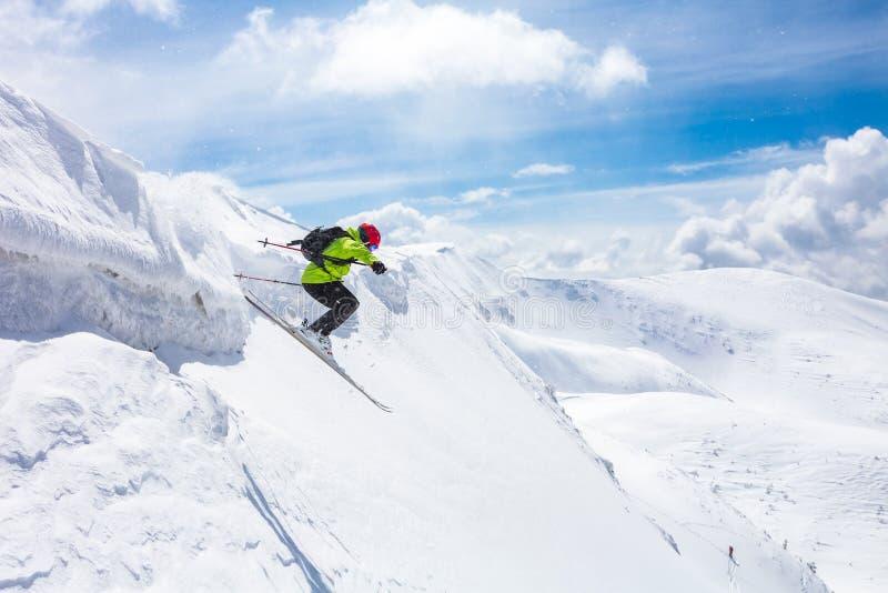 Bom esqui nas montanhas nevado imagem de stock