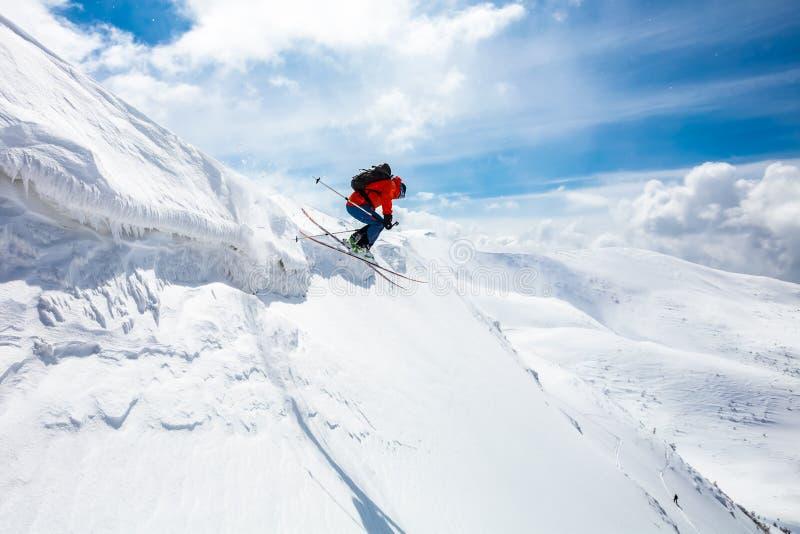Bom esqui nas montanhas nevado fotografia de stock royalty free