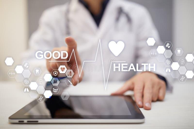 Bom exame médico completo Médico que usa o computador moderno da tela virtual imagens de stock royalty free