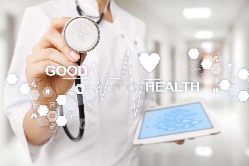 Bom exame médico completo Médico que usa o computador moderno da tela virtual fotografia de stock