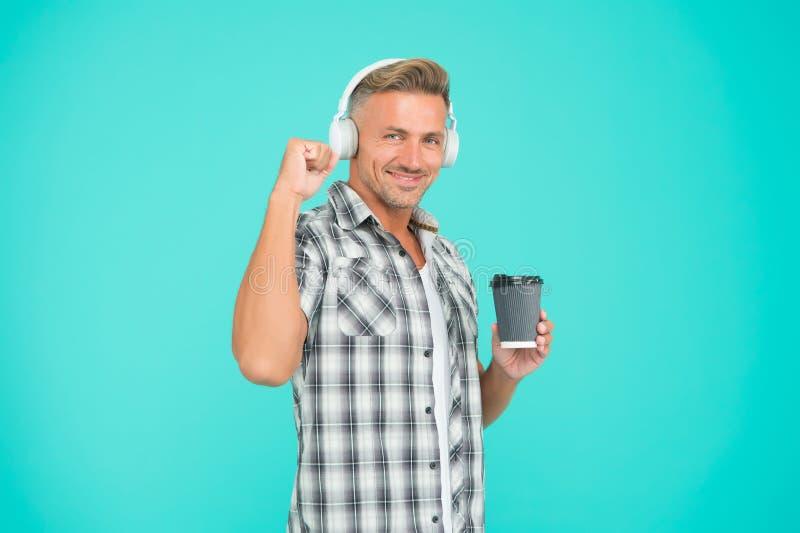 Bom humor Conceito de resistência ao stress O cara ouvindo fones de ouvido e tomando café manhã normal Motivação fotos de stock