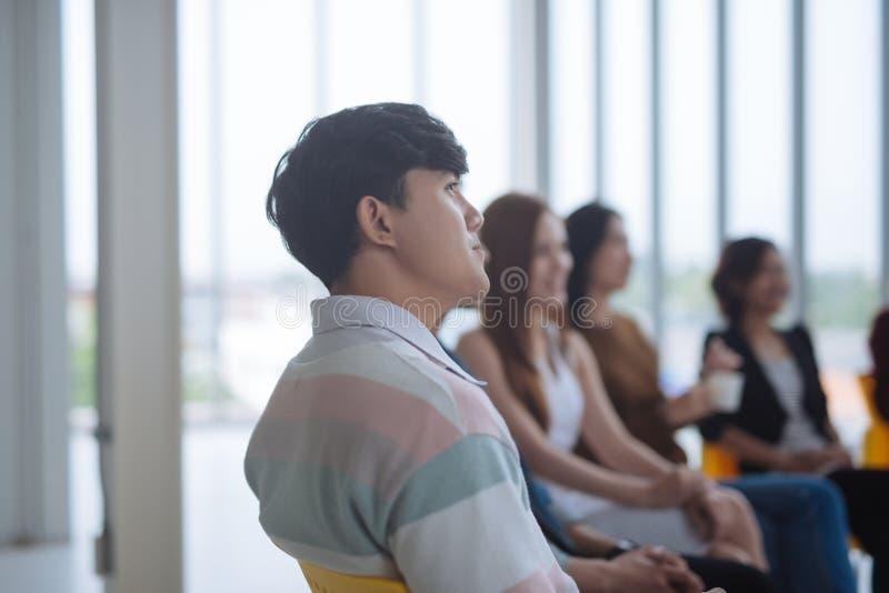 Bom ouvinte Audiência do conferente na conferência fotografia de stock