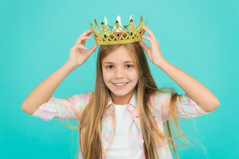 Bom parenting Puericultura Família e amor O dia das crianças Menina feliz no fundo azul criança pequena da menina fotos de stock royalty free