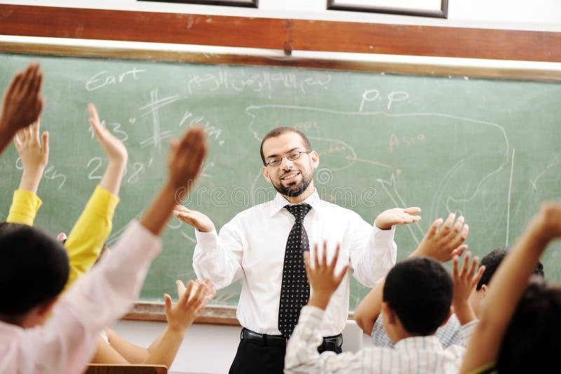Bom professor na sala de aula imagem de stock