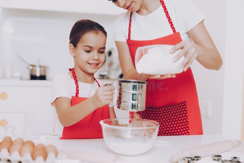 Bom tempo com farinha da preparação para o bolo doce fotos de stock