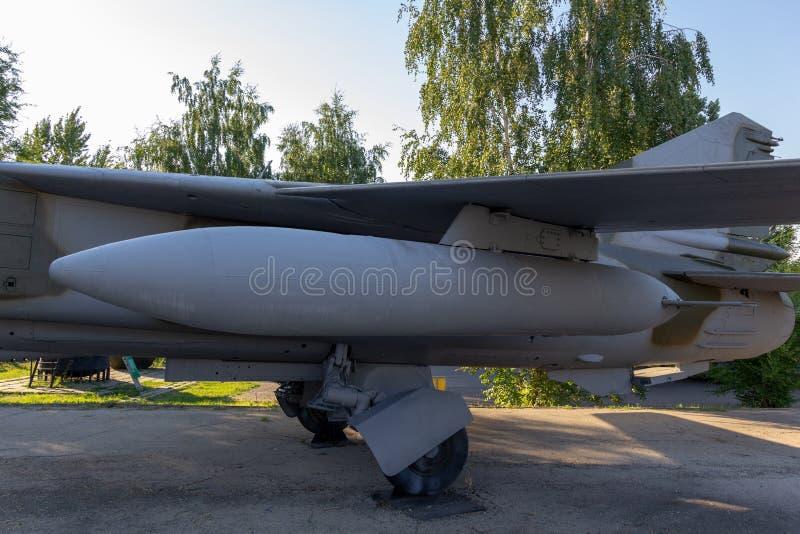 Bomba aérea sob a proteção de um avião militar imagem de stock