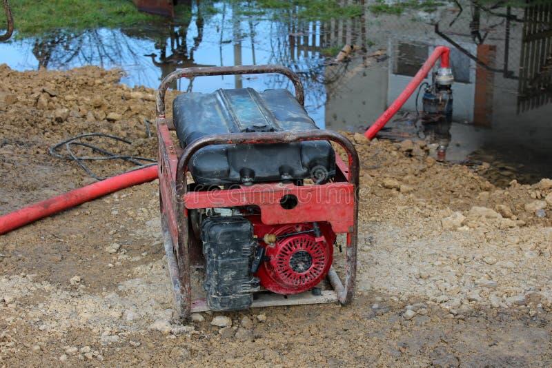 Bomba de água da gasolina com água de bombeamento do quadro do metal imagem de stock royalty free