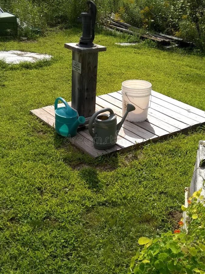Bomba de água do jardim fotografia de stock royalty free