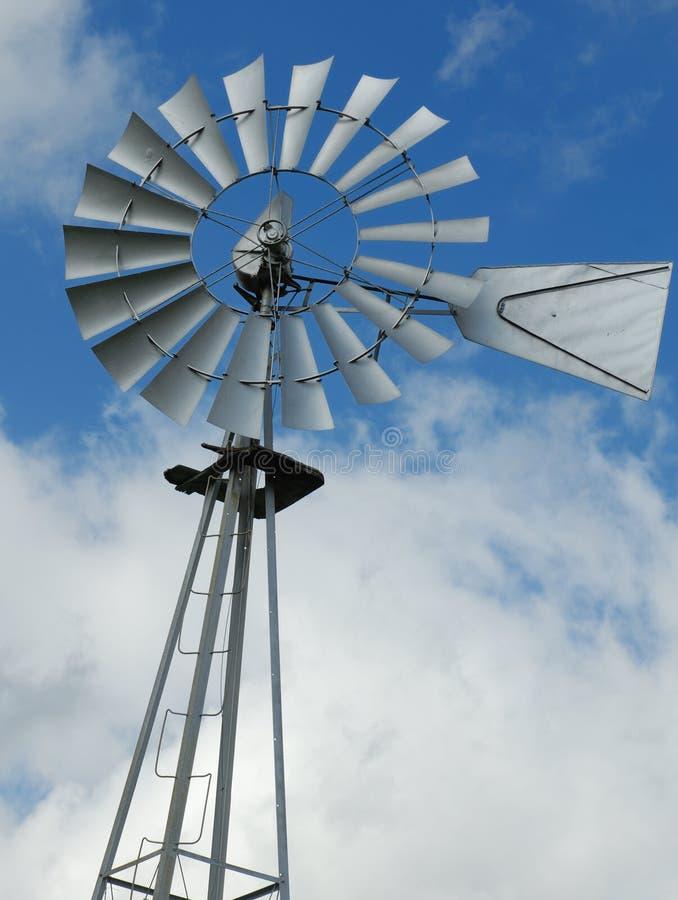 Bomba de água do moinho de vento da exploração agrícola fotos de stock