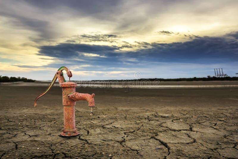 Bomba de água oxidada na terra imagens de stock royalty free