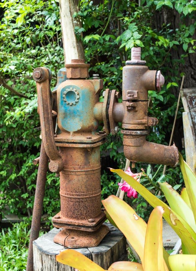 Bomba de água velha, decoração do vintage no café local na província de Lampang, do norte de Tailândia fotografia de stock