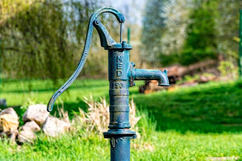 Bomba de água velha do metal fotografia de stock