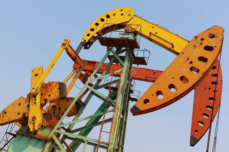 Bomba de óleo amarelo e alaranjado dourada do equipamento bruto do poço petrolífero imagens de stock