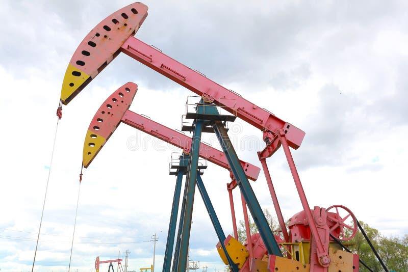 Bomba de óleo cor-de-rosa do equipamento bruto do poço petrolífero foto de stock
