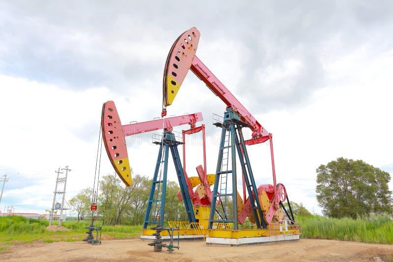 Bomba de óleo cor-de-rosa do equipamento bruto do poço petrolífero foto de stock royalty free