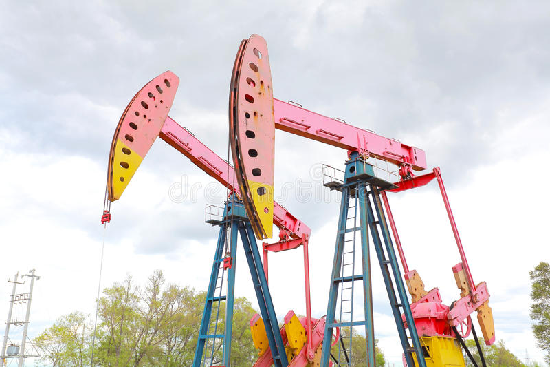 Bomba de óleo cor-de-rosa do equipamento bruto do poço petrolífero fotografia de stock royalty free