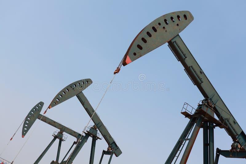 Bomba de óleo verde do equipamento bruto do poço petrolífero imagem de stock