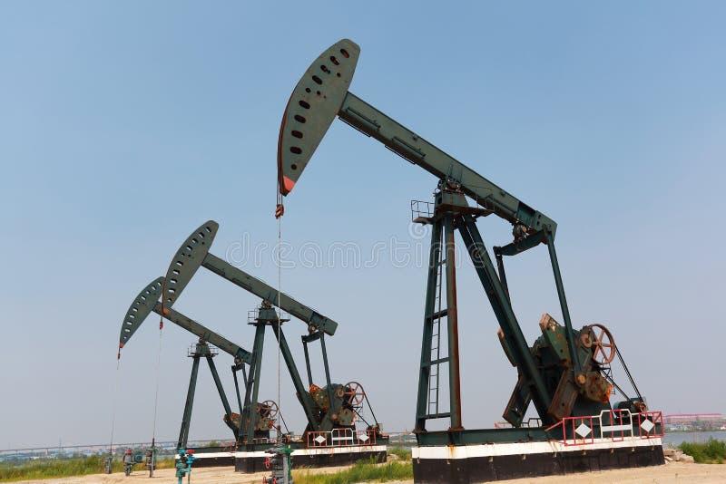 Bomba de óleo verde do equipamento bruto do poço petrolífero fotos de stock
