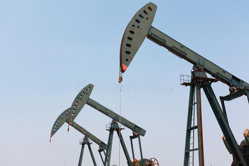 Bomba de óleo verde do equipamento bruto do poço petrolífero fotos de stock royalty free