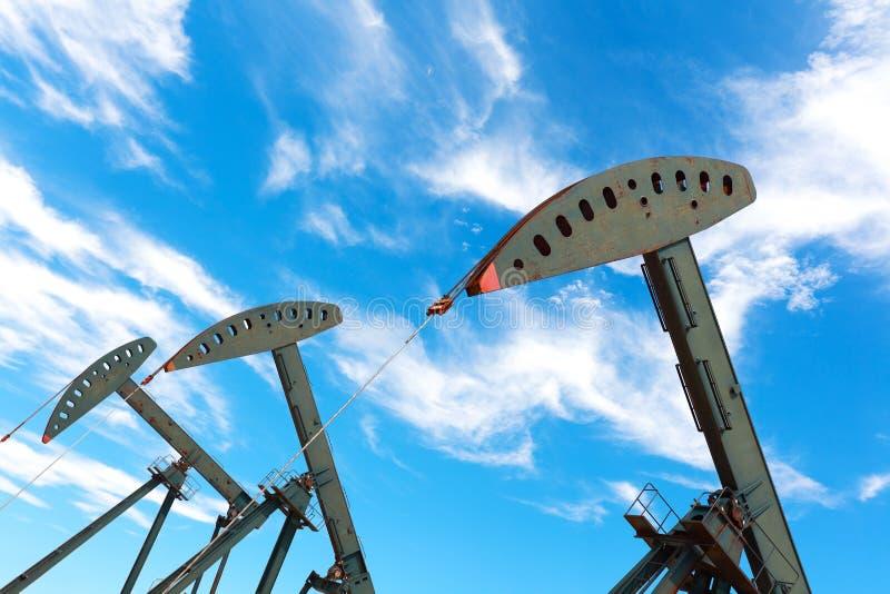 Bomba de óleo verde do equipamento bruto do poço petrolífero foto de stock royalty free
