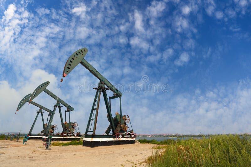 Bomba de óleo verde do equipamento bruto do poço petrolífero imagens de stock