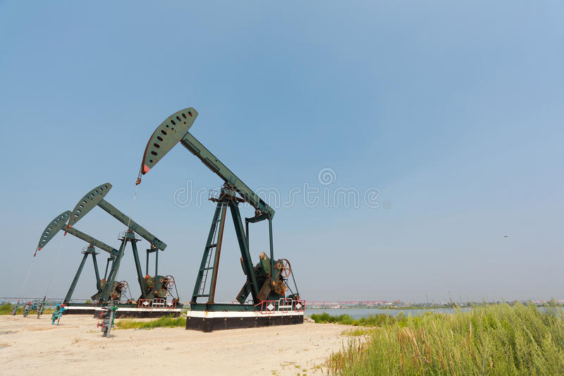 Bomba de óleo verde do equipamento bruto do poço petrolífero imagem de stock royalty free