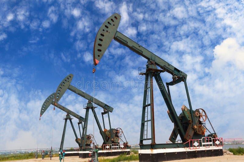 Bomba de óleo verde do equipamento bruto do poço petrolífero foto de stock