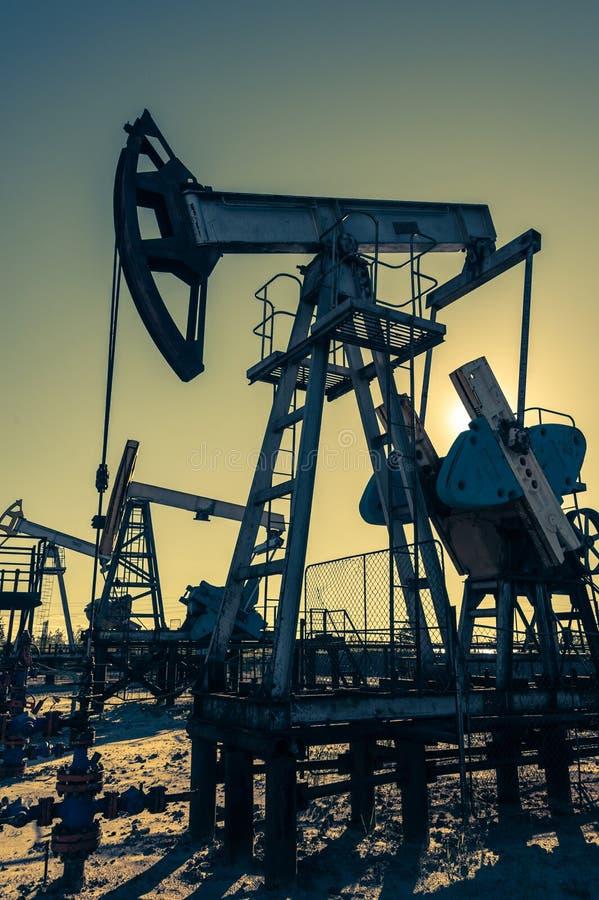 Bomba de aceite, equipo industrial Máquinas oscilantes para la extracción del aceite mining Concepto del petr?leo imágenes de archivo libres de regalías