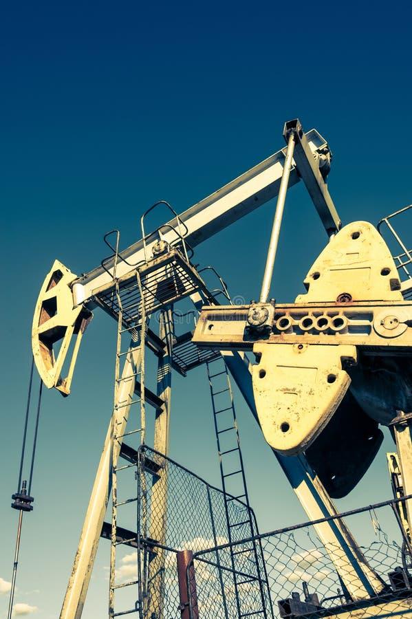 Bomba de aceite, equipo industrial M?quinas oscilantes para la extracci?n del aceite mining Concepto del petr?leo fotografía de archivo
