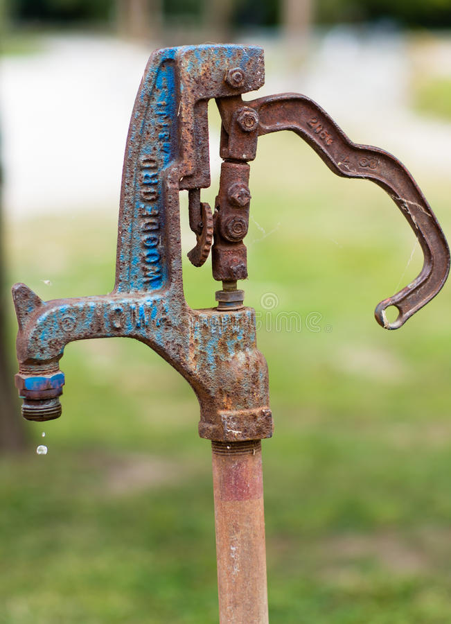 Bomba de agua oxidada foto de archivo