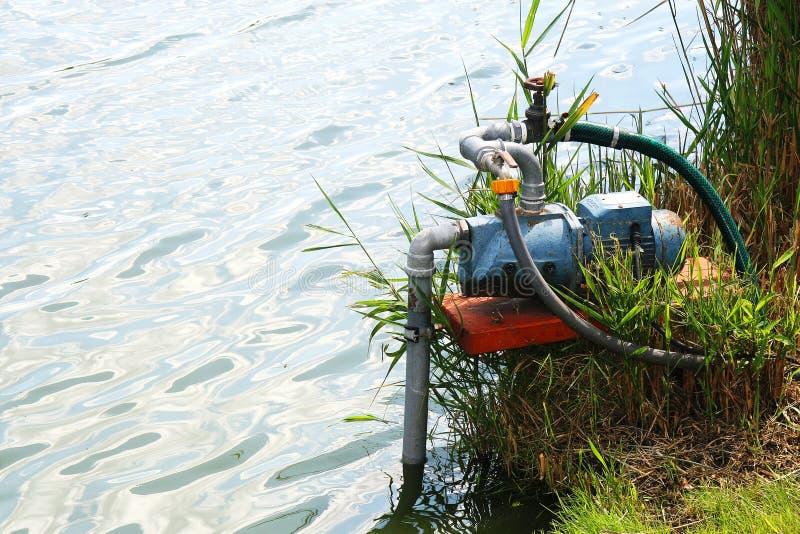 Bomba de agua que trabaja en el lago imágenes de archivo libres de regalías