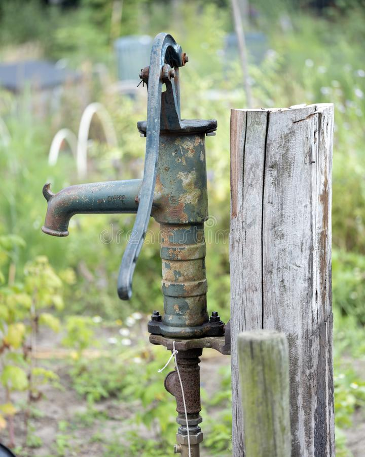 Bomba de agua vieja y oxidada del arrabio  foto de archivo