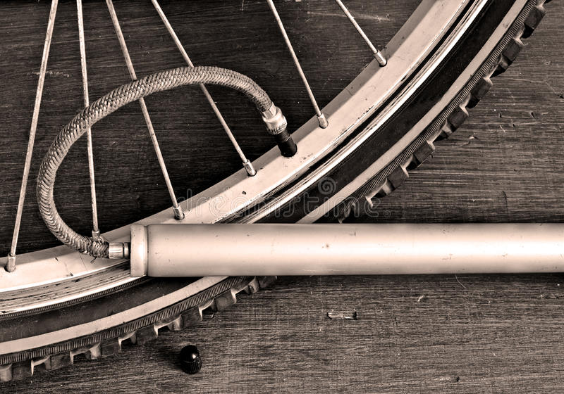 Bomba de bicicleta de bombeo de la rueda de bicicleta fotografía de archivo libre de regalías