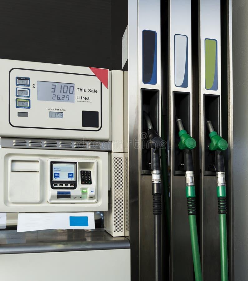Bomba de combustível em um posto de gasolina fotografia de stock
