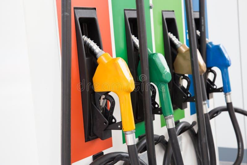 Bomba de combustível, posto de gasolina, gasolina Bocais de enchimento coloridos da bomba de gasolina no fundo branco fotos de stock