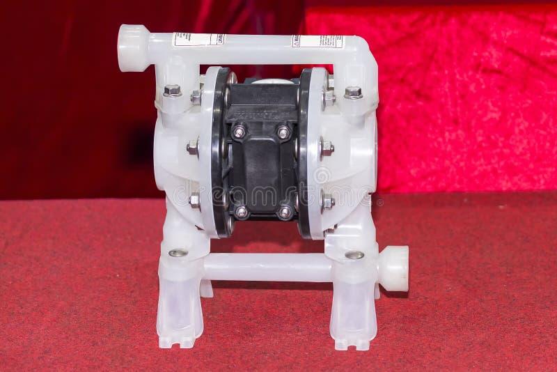 Bomba de diafragma doble para los gases del movimiento líquidos o mezclas líquidas del gas para el trabajo industrial sobre la ta fotografía de archivo