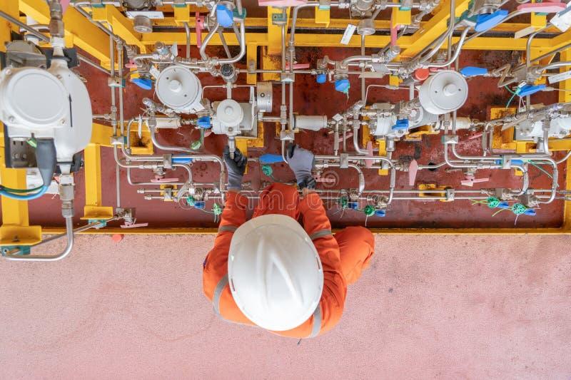 Bomba de diafragma de funcionamiento del petróleo y gas del trabajador costero del servicio ajustando el movimiento de la bomba fotografía de archivo libre de regalías