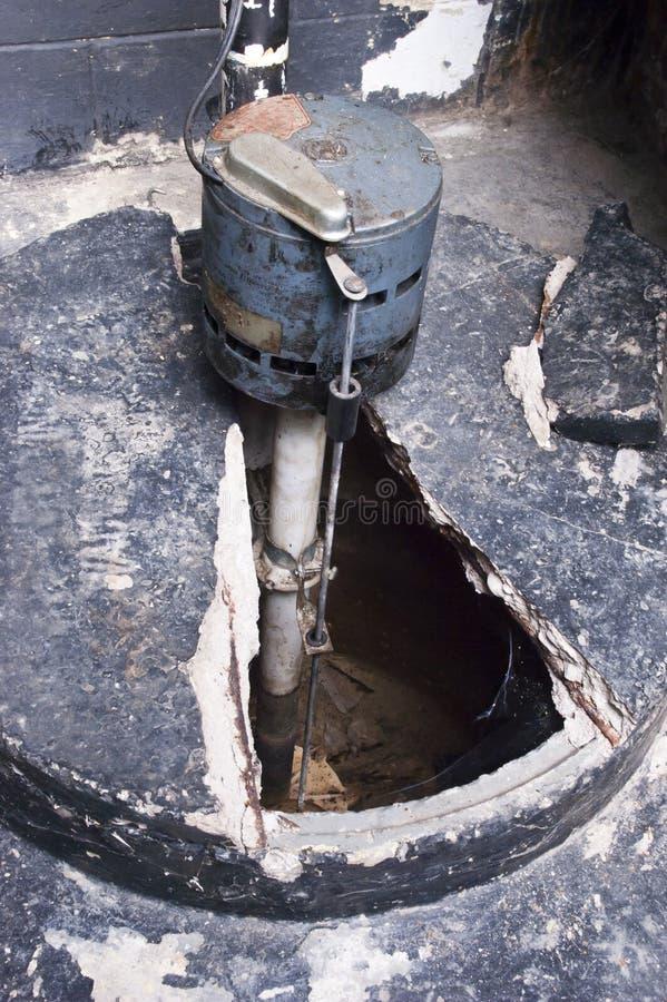 Bomba de estanque casera del sótano, plomería del tanque del cántaro del agua fotografía de archivo