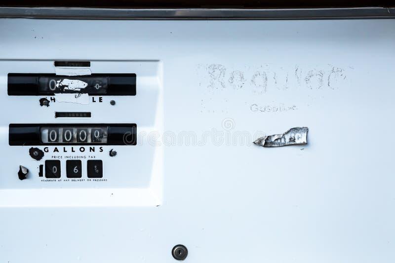 Bomba de gás velha em um posto de gasolina abandonado em Oregon oriental imagens de stock royalty free