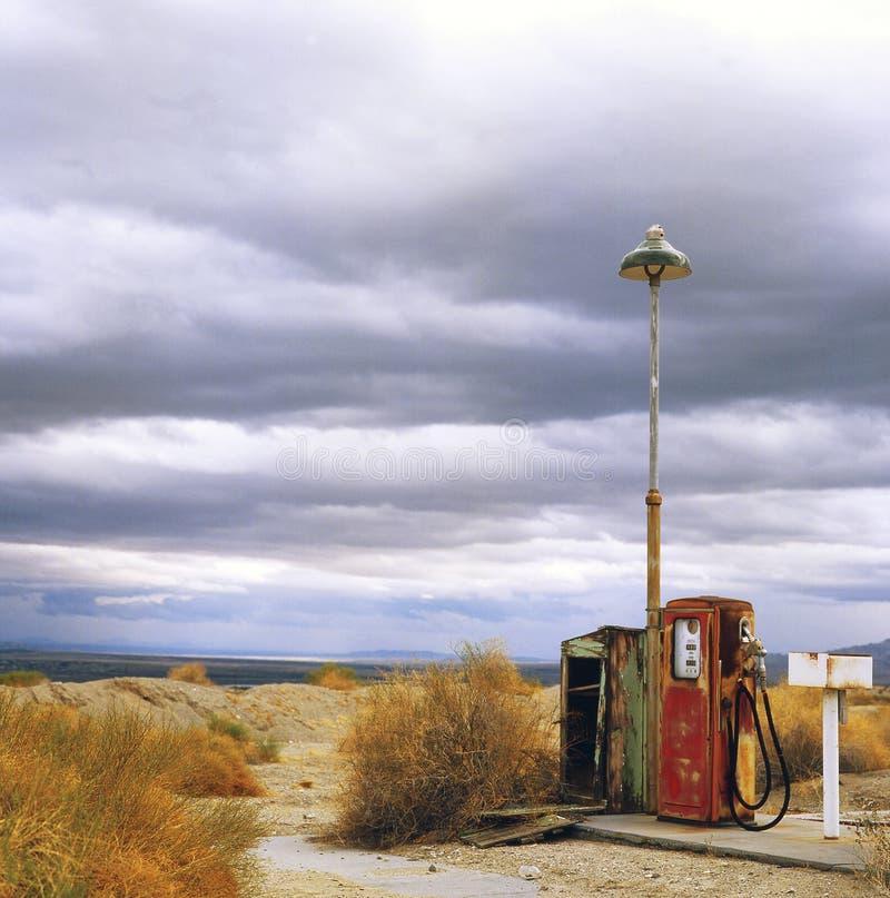 Bomba de gás velha no deserto foto de stock