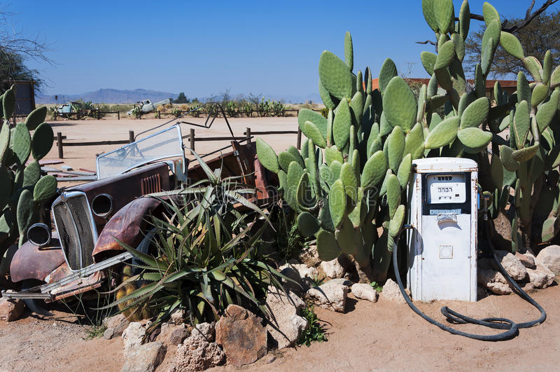 Bomba de gas abandonada y coche viejo en el solitario, Namibia fotografía de archivo
