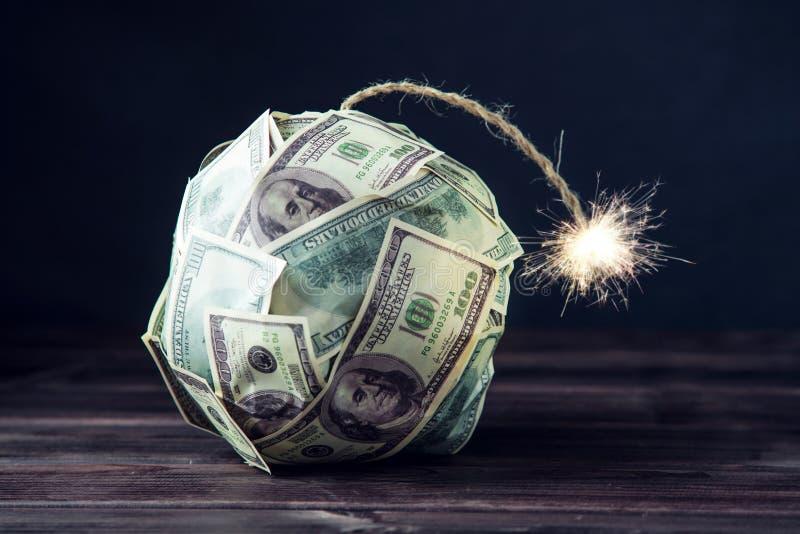 Bomba de los billetes de dólar del dinero ciento con una mecha ardiente Poca hora antes de la explosión Concepto de crisi financi imagenes de archivo