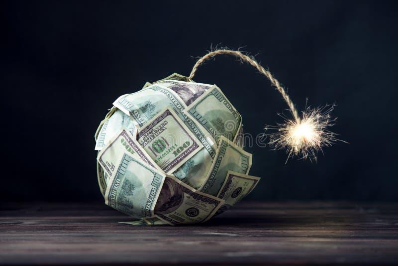 Bomba de los billetes de dólar del dinero ciento con una mecha ardiente Poca hora antes de la explosión Concepto de crisi financi imagen de archivo