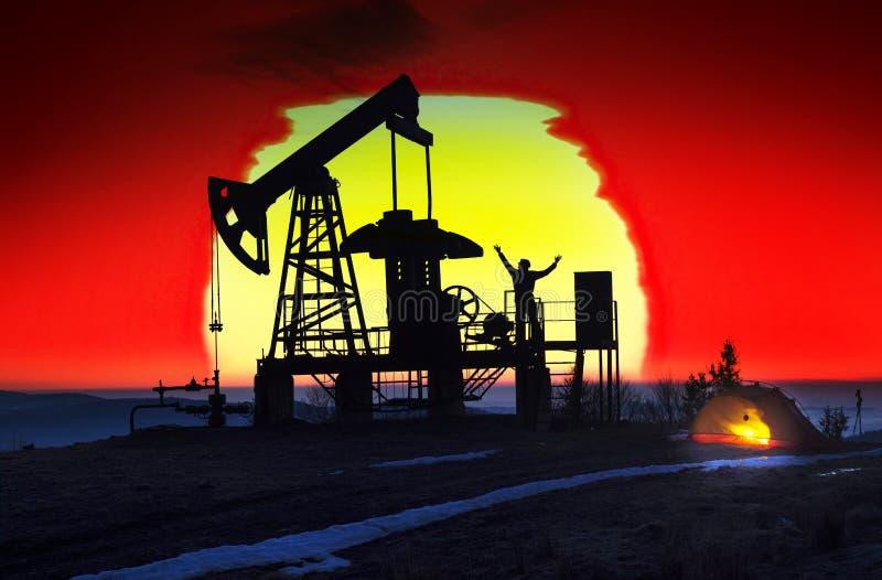 Bomba de petróleo en la salida del sol foto de archivo libre de regalías